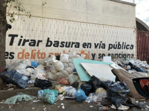 """""""Throwing trash in public areas is an environmental crime and is sanctioned."""": """"Throwing trash in public areas is an environmental crime and is sanctioned."""""""