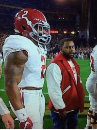 "Mark Ingram: ""Please don't eat me."" Derrick Henry: ""No promises."" (pic via @FootbaIl_Tweets) NationalChampionship: 厅 Mark Ingram: ""Please don't eat me."" Derrick Henry: ""No promises."" (pic via @FootbaIl_Tweets) NationalChampionship"