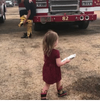 This little girl stopped off with burritos for the firefighters tackling forest fires in California 🌯❤️: 82 OO: This little girl stopped off with burritos for the firefighters tackling forest fires in California 🌯❤️