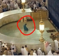 Memes, Haram, and 🤖: After service for so many years in Masjid al-haram, he asked what he wanted in return ? He was given a choice of gold or whatever wealth he wanted, he replied what he is doing in this picture, Subhan Allah to pray alone in front of ka'bah.. what a honor 😭 ▃▃▃▃▃▃▃▃▃▃▃▃▃▃▃▃▃▃ @abed.alii 📝