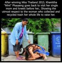 "Thailande: After winning Miss Thailand 2015, Khanittha  ""Mint"" Phasaeng goes back to visit her single  mom and kneels before her... Showing the  utmost respect to the woman who collected and  recycled trash her whole life to raise her.  4125  ne"