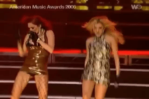 daeneryswig:  Nicole is me and Melody is my depression   Oh my actual fucking god : American Music Awards 2006  W9a daeneryswig:  Nicole is me and Melody is my depression   Oh my actual fucking god