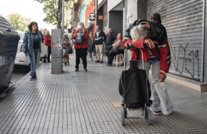 An exhausted Argentine retiree waiting in line to cash his pension payment during the quarantine: An exhausted Argentine retiree waiting in line to cash his pension payment during the quarantine