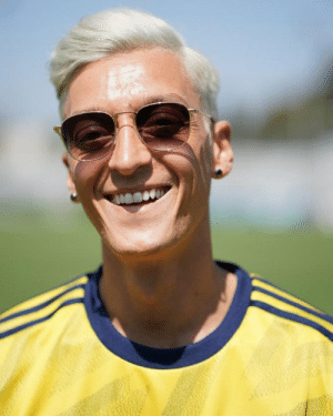 BREAKING: USWNT star and 2019 Women's World Cup Golden Ball winner Megan Rapinoe becomes the first female footballer to sign for a men's senior side. She has joined Arsenal on a 3-year-deal. https://t.co/zjIDEVUoJ6: BREAKING: USWNT star and 2019 Women's World Cup Golden Ball winner Megan Rapinoe becomes the first female footballer to sign for a men's senior side. She has joined Arsenal on a 3-year-deal. https://t.co/zjIDEVUoJ6