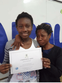 Family, Omg, and School: CERTIEICADo omg-humor:Mother of a poor family in tears after her daughter won a recognition award for being the best student in her school