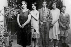 Family, Tumblr, and Blog: coolkidsofhistory:A 17-year old Frida Kahlo poses for a family photo wearing a traditional gentleman's 3-piece suit, 1924
