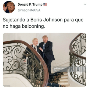 Boris: Donald F. Trump  @magnateUSA  Sujetando a Boris Johnson para que  no haga balconing.  gettyimages  Pool  1163804045
