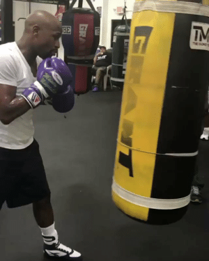 Boxing class in session with #FloydMayweather! 🥊💥 @FloydMayweather https://t.co/12fbkE6F5w: EXT  BE  7  IM  $7  M  ma Boxing class in session with #FloydMayweather! 🥊💥 @FloydMayweather https://t.co/12fbkE6F5w