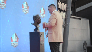 Adding the finishing touches. 🌸  @KevinMawae | @ProFootballHOF https://t.co/loUa4vX2iO: FOOTBALL  LE FAME  PRO FOOTBA  HALL FIME  HAIL FAME  PRO FOOTBALL  HALLE FAME  1 Adding the finishing touches. 🌸  @KevinMawae | @ProFootballHOF https://t.co/loUa4vX2iO