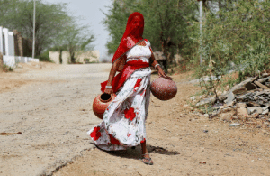 fotojournalismus:A woman carries earthen pots to fill them with drinking water on a hot summer day, on the outskirts of Ajmer, Rajasthan, India on April 25, 2017. (Himanshu Sharma/Reuters): fotojournalismus:A woman carries earthen pots to fill them with drinking water on a hot summer day, on the outskirts of Ajmer, Rajasthan, India on April 25, 2017. (Himanshu Sharma/Reuters)