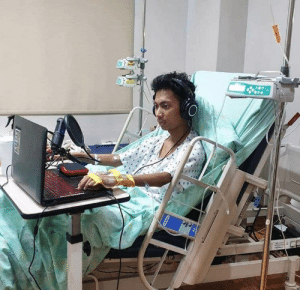 Gamer diagnosed with Leukemia still playing on his hospital bed. Real dedication. https://t.co/ZisKpqrDiB: Gamer diagnosed with Leukemia still playing on his hospital bed. Real dedication. https://t.co/ZisKpqrDiB