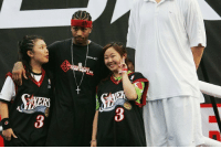 Allen Iverson and Yao Ming took a photo together with some girls.: Go  眉 Allen Iverson and Yao Ming took a photo together with some girls.