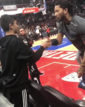 """He was begging D-Rose to sign his jersey. D-Rose told him """"stay after, I gotchu"""" ✊  (via chrissitto3/Instagram): He was begging D-Rose to sign his jersey. D-Rose told him """"stay after, I gotchu"""" ✊  (via chrissitto3/Instagram)"""