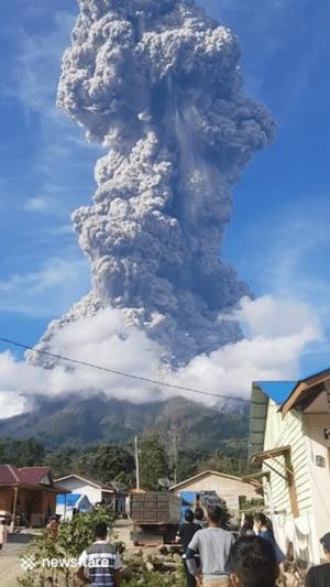 Terrifying but beautiful footage of the Mount Sinabung volcano erupting in western Indonesia 😱: hews tare Terrifying but beautiful footage of the Mount Sinabung volcano erupting in western Indonesia 😱
