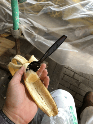I'm a woman in construction, this is how I choose to eat bananas: I'm a woman in construction, this is how I choose to eat bananas