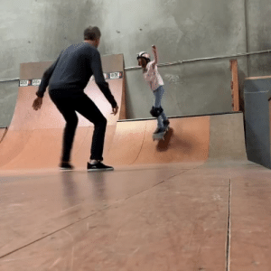 Tony Hawk helping his daughter overcome her fear of skating ❤️  (via Tony Hawk): IDE Tony Hawk helping his daughter overcome her fear of skating ❤️  (via Tony Hawk)