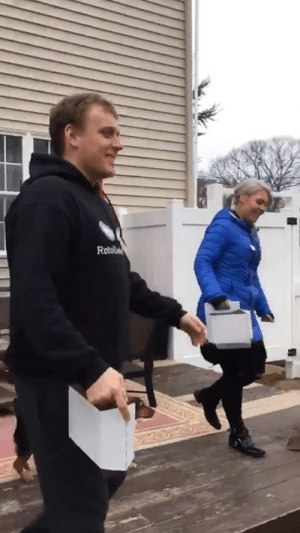 """Instead of an Easter egg hunt, my mom hides beers around the yard for us to find"""" 😂👏🍺: Instead of an Easter egg hunt, my mom hides beers around the yard for us to find"""" 😂👏🍺"""