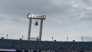Yoooo.. the Jaguars mascot really came in dresses as a ghost against Sam Darnold https://t.co/C5Vdvq21oy: JETS  IAGUARS  VS Yoooo.. the Jaguars mascot really came in dresses as a ghost against Sam Darnold https://t.co/C5Vdvq21oy