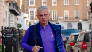 Jose Mourinho strolling through Chelsea in a full Tottenham kit... no f*cks given 😂 https://t.co/U7M6mc1Rya: Jose Mourinho strolling through Chelsea in a full Tottenham kit... no f*cks given 😂 https://t.co/U7M6mc1Rya