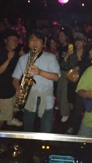 kittenoftheinternet: catchymemes:  When a random guy with a saxophone shows up to the club they let him have a solo this is so wholesome! : kittenoftheinternet: catchymemes:  When a random guy with a saxophone shows up to the club they let him have a solo this is so wholesome!