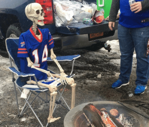 Bills fans waiting for their first playoff win in 25 years https://t.co/2jHKf0ukHJ: li  ATREBE SEAl  Acon Bills fans waiting for their first playoff win in 25 years https://t.co/2jHKf0ukHJ