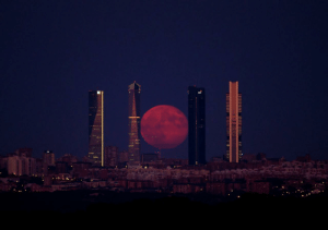 logoside: not-gros-patapouf:  zahnegott-lives:  evilbuildingsblog:  Madrid's Four Tower skyscrapers with actual backdrop of red supermoon rising behind   spanish dark ritual  Chorizo summoning    Purifican su agua pa que esté tan buena a base de alquimia oscura.   No sé Rick…: logoside: not-gros-patapouf:  zahnegott-lives:  evilbuildingsblog:  Madrid's Four Tower skyscrapers with actual backdrop of red supermoon rising behind   spanish dark ritual  Chorizo summoning    Purifican su agua pa que esté tan buena a base de alquimia oscura.   No sé Rick…