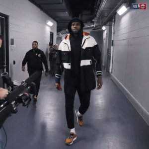 LeBron had enough of the cameras😂  🎥 @NBAonTNT  https://t.co/Kyy7HdgOPg: NBA TNT LeBron had enough of the cameras😂  🎥 @NBAonTNT  https://t.co/Kyy7HdgOPg