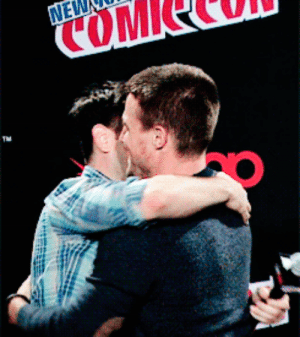 evaks: Stephen Amell and Colin Donnell at NY Comic Con 2014 : NEL  COM  TM evaks: Stephen Amell and Colin Donnell at NY Comic Con 2014