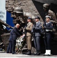 President DonaldTrump at a wreath-laying ceremony at a monument commemorating the 1944 Warsaw Uprising against Nazi occupation. (📷: AP Photo-Evan Vucci): President DonaldTrump at a wreath-laying ceremony at a monument commemorating the 1944 Warsaw Uprising against Nazi occupation. (📷: AP Photo-Evan Vucci)