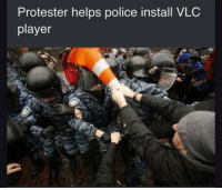 Very helpful, good praxis.: Protester helps police install VLC  player Very helpful, good praxis.
