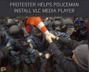 Such a kind stranger: PROTESTER HELPS POLICEMAN  INSTALL VLC MEDIA PLAYER Such a kind stranger