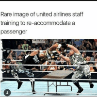 🌛: Rare image of united airlines staff  training to re-accommodate a  passenger 🌛