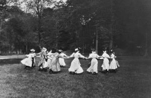rivesveronique:  Women Dancing In a Ring , 1900 ,anonym photographer: rivesveronique:  Women Dancing In a Ring , 1900 ,anonym photographer