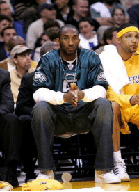 RT @AmazingSprtsPic: That time when Kobe Bryant wore a Donovan McNabb jersey while injured on the bench 🐐 https://t.co/AkJTraGlMu