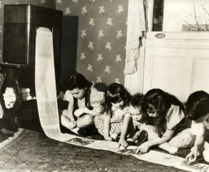 scifiseries:  1938: Kids reading the news printed by an experimental radio-transmitted newspaper printer.: scifiseries:  1938: Kids reading the news printed by an experimental radio-transmitted newspaper printer.