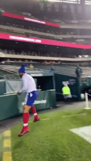 .@saquon warming up with style points! #GiantsPride  📺: #NYGvsPHI | 8:15pm ET on ESPN 📱: NFL app // Yahoo Sports app https://t.co/iAM3wNz9fK: SIANTS .@saquon warming up with style points! #GiantsPride  📺: #NYGvsPHI | 8:15pm ET on ESPN 📱: NFL app // Yahoo Sports app https://t.co/iAM3wNz9fK