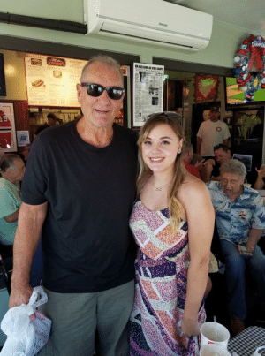 Beef, Chicago, and Pizza: SMMSUNG  DEEP DISH  PIZZA  ALIAN BEEF  CHICAGO My FB friend met Ed O'Neill and the guy behind her cant f*cking believe it credit: super_medium_sized