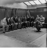 Southampton players receiving tactical instructions before a game in 1949 OldSchoolCool: Southampton players receiving tactical instructions before a game in 1949 OldSchoolCool