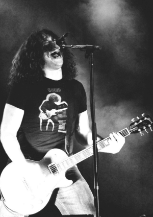 mychemicalromance-forever:  Ray Toro using a t-shirt of himself. : TORO  Siondnd mychemicalromance-forever:  Ray Toro using a t-shirt of himself.
