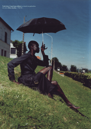 vodis:Alek Wek by Steve Hiett for Elle France 6 October 2003  : Traité dans l'esprit jean délavé,  de coton (Marc Jacobs, 1 765 €).  gabardine  un trench en vodis:Alek Wek by Steve Hiett for Elle France 6 October 2003