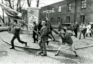 May the spirit of the woman who hit a neo-Nazi with her handbag guide us all in 2020: UNIK  DRAGNING  2 MAJ!  3s  MILJON  VINS May the spirit of the woman who hit a neo-Nazi with her handbag guide us all in 2020