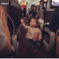 """""""Our plane was delayed so my little cousin went around giving everyone high fives!"""" ✋❤️: UNILAD """"Our plane was delayed so my little cousin went around giving everyone high fives!"""" ✋❤️"""