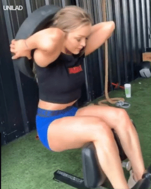Squatting while holding a 20kg plate behind her back, no big deal 😲🏋️‍♀️: UNILAD Squatting while holding a 20kg plate behind her back, no big deal 😲🏋️‍♀️