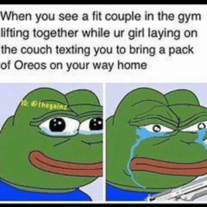 😂😭: When you see a fit couple in the gym  lifting together while ur girl laying on  the couch texting you to bring a pack  of Oreos on your way home  eethegainz 😂😭