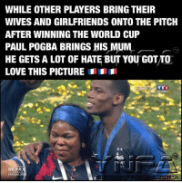👌: WHILE OTHER PLAYERS BRING THEIR  WIVES AND GIRLFRIENDS ONTO THE PITCH  AFTER WINNING THE WORLD CUP  PAUL POGBA BRINGS HIS MUM  HE GETS A LOT OF HATE BUT YOU GOT/TO  LOVE THIS PICTURE  EN DIRECT  MOND  RUSSIA 2 👌