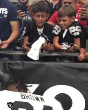This kid's reaction to getting AB's glove ❤️   (via The Oakland Raiders): YS  bHOWA This kid's reaction to getting AB's glove ❤️   (via The Oakland Raiders)